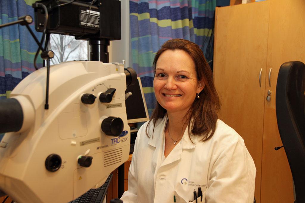 På Øyeavdelingen ved Senter for Øyeforskning, Oslo universitetssykehus/Universitetet i Oslo foregår det svært mye spennende forskning. Øyelege Nina Veiby (bildet) er en av mange forskere som hver dag jobber for å bedre behandlingstilbudene og øke kunnskapen om øyet. (På bildet sitter Veiby foran et avansert øyekamera.)