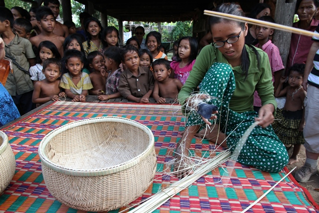 Synshemmet kvinne fra Kambodsja fletter kurver.