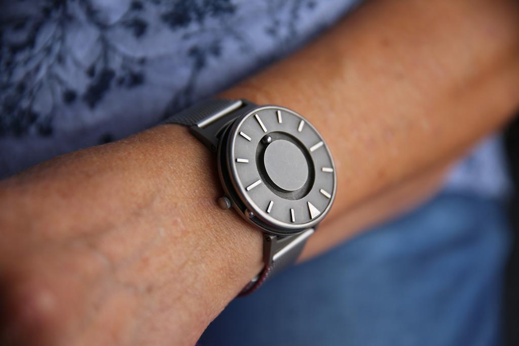 Armen til Anne Bakke med klokka i titan.