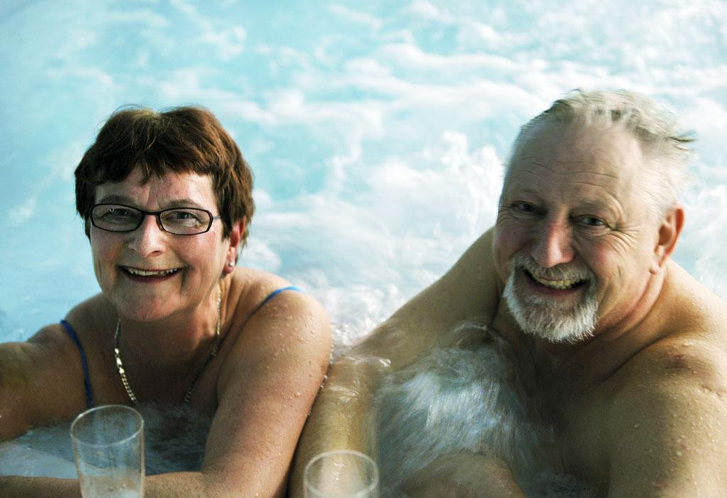 Inne på senteret har vi både boblebad og svømmebasseng. Ikke noe smaker bedre enn en avslappende tur i poolen etter en lang arbeidsdag.