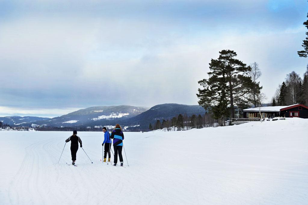 På vinteren er det ikke uvanlig at isen ligger tykt på Hurdalsjøen. Da bruker vi den til skiturer, hundekjøring, kanefart eller en tur med ATVen