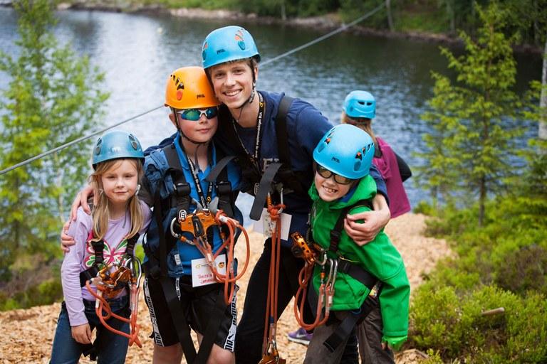 Deltagere og ledsager etter endt tur i ziplinen på Hurdal syn- og mestringssenter.