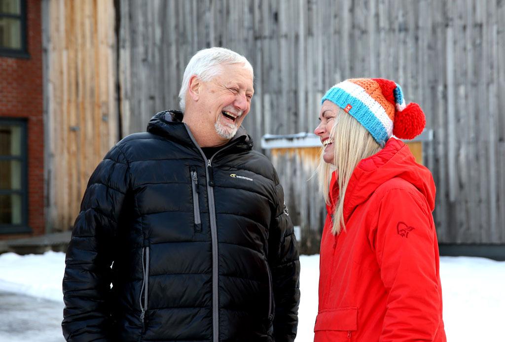 Sven Runar og Hilde smiler og ler uten for Hurdal syn- og mestringssenter. De har boblejakker og det er snø.