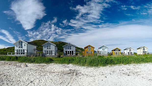 Hytta på Sommarøya ved stranda