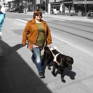 Karianne og Ask på vei nedover Hegdehaugsveien. Trener Hilde holder seg noe meter bak.