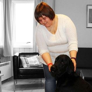 Bilde av Karianne og Ask på rommet på Hurdal syn- og mestringssenter