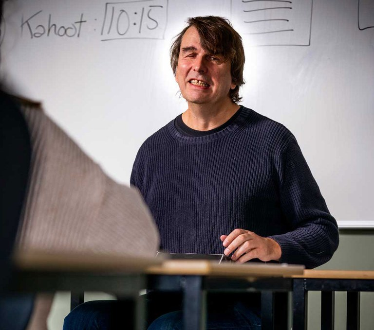 Rune Breck sitter ved kateteret foran en tavle Foto: Per Ervland.