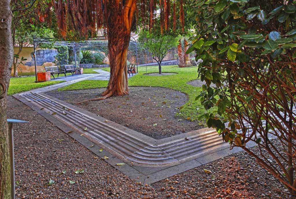 På Polo Tattile Multimediale er det ledelinjer der du kan vandre i en taktil hage med typiske middelhavsvekster