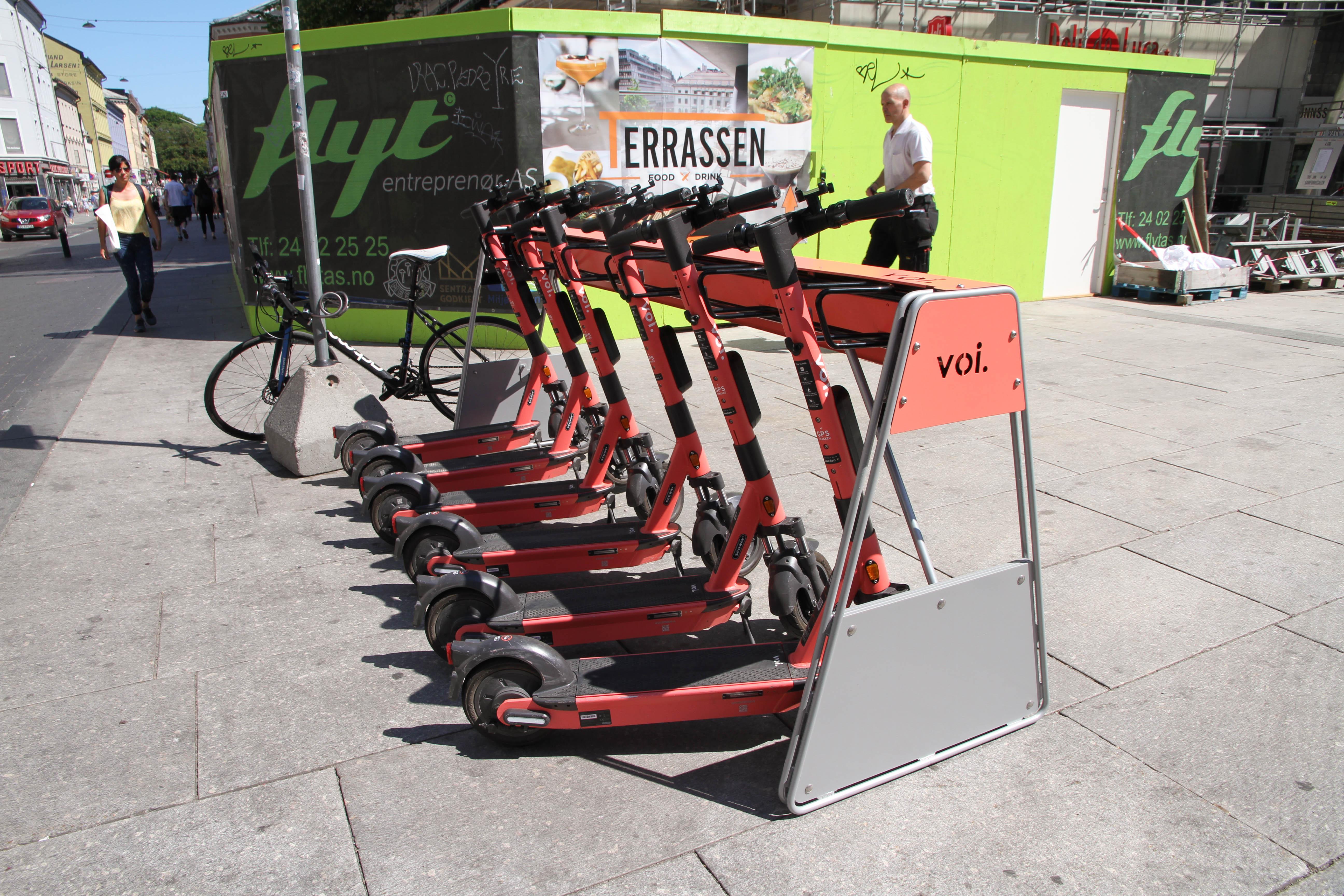 Stativ med elsparkesykler. Denne står plassert på Torggata.
