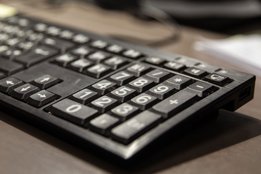 Bilde av PC-tastaturet til Siren Jackson. Det er store og tydelige bokstaver på tastene. Foto: Kristin Heier.