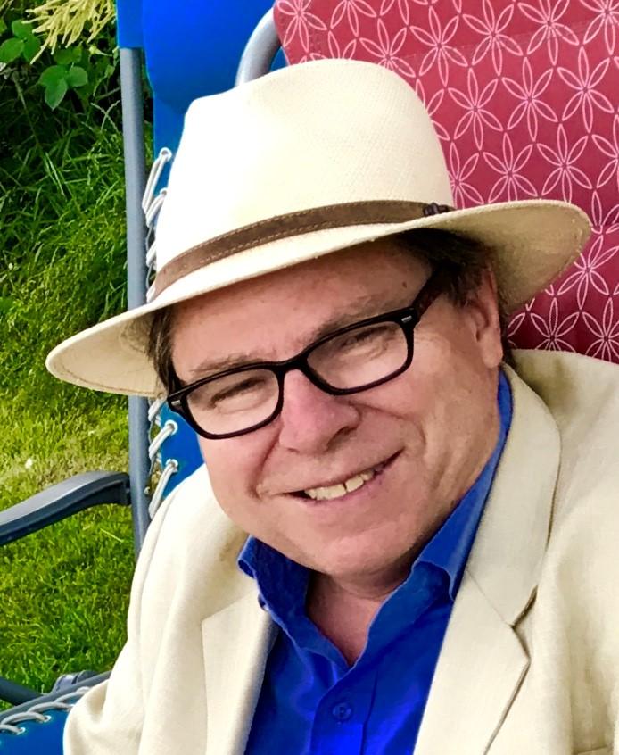 Leder i Norges Blindeforbuind Hedmark Jo Øvergaard i lys dress og hatt.