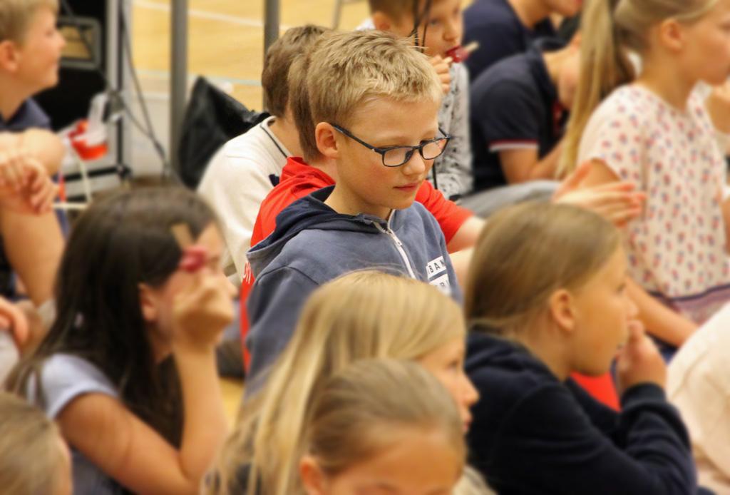 Petter sammen med resten av klassetrinnet så filmen i gymsalen på Bestum skole. Etter fremvisningen ble det delt ut is.