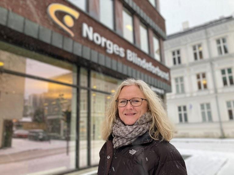 Historieforfatter Mari Jonassen skal skrive Blindeforbundets 125 år gamle historie. Her står hun utenfor bygningen til organisasjonen i Sporveisgata 10.