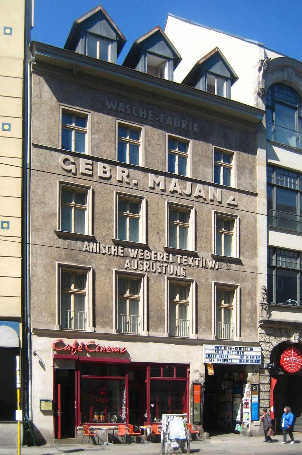 Fasadebilde av børstemakeriet. tatt fra gateplan. Fire etasjers bygård, tre karnapper på taket.
