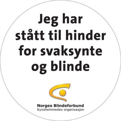 Rundt klistremerke med teksten: Jeg har stått til hinder for svaksynte og blinde. Blindeforbundets logo.