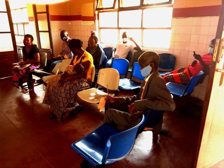 Pasientene på venteværelset til øyeklinikken holder avstand, bare hver andre stol benyttes.