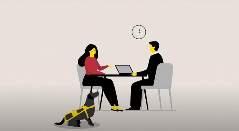 """Skjermbilde fra filmen """"Inkluderende arbeidsliv"""". En synshemmet kvinne med førerhund er på jobbintervju"""
