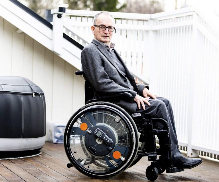 Lars Rovik Ødegård sittende i en rullestol