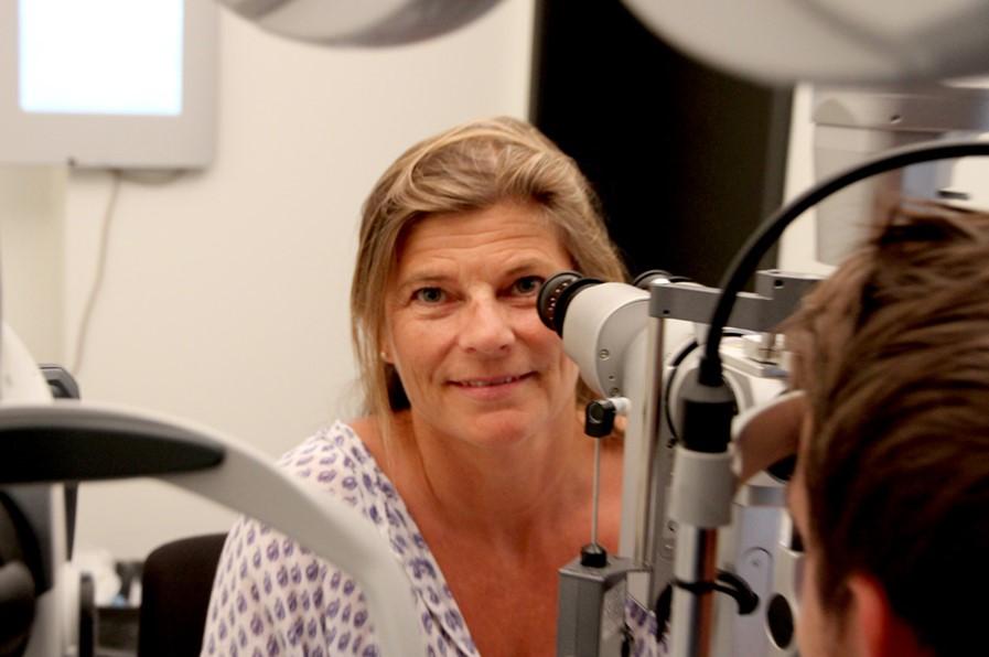 Optiker Anne Jervell sitter bak et optikerinstrument