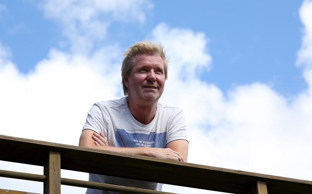 - Jeg har blitt mye mer avslappet. Jeg gidder ikke å stresse om det er litt rotete, det er familien og vennene som betyr noe, sier Arild og lener seg på rekkverket på verandaen der han bor. Foto: Line Lyngstadaas