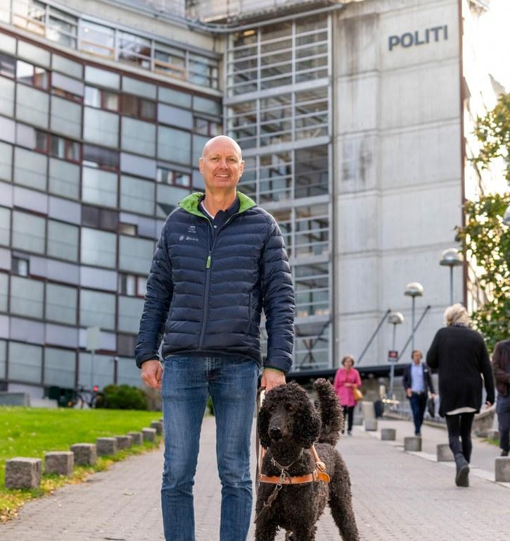Håkon Gisholt og førerhunden hans Rames framfor Politibygget i Oslo. Foto: Per Ervland