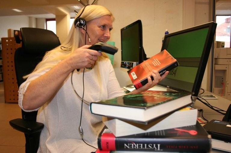 Wenche Borgen Odden bruker hjelpemidler i jobben som bibliotekar.