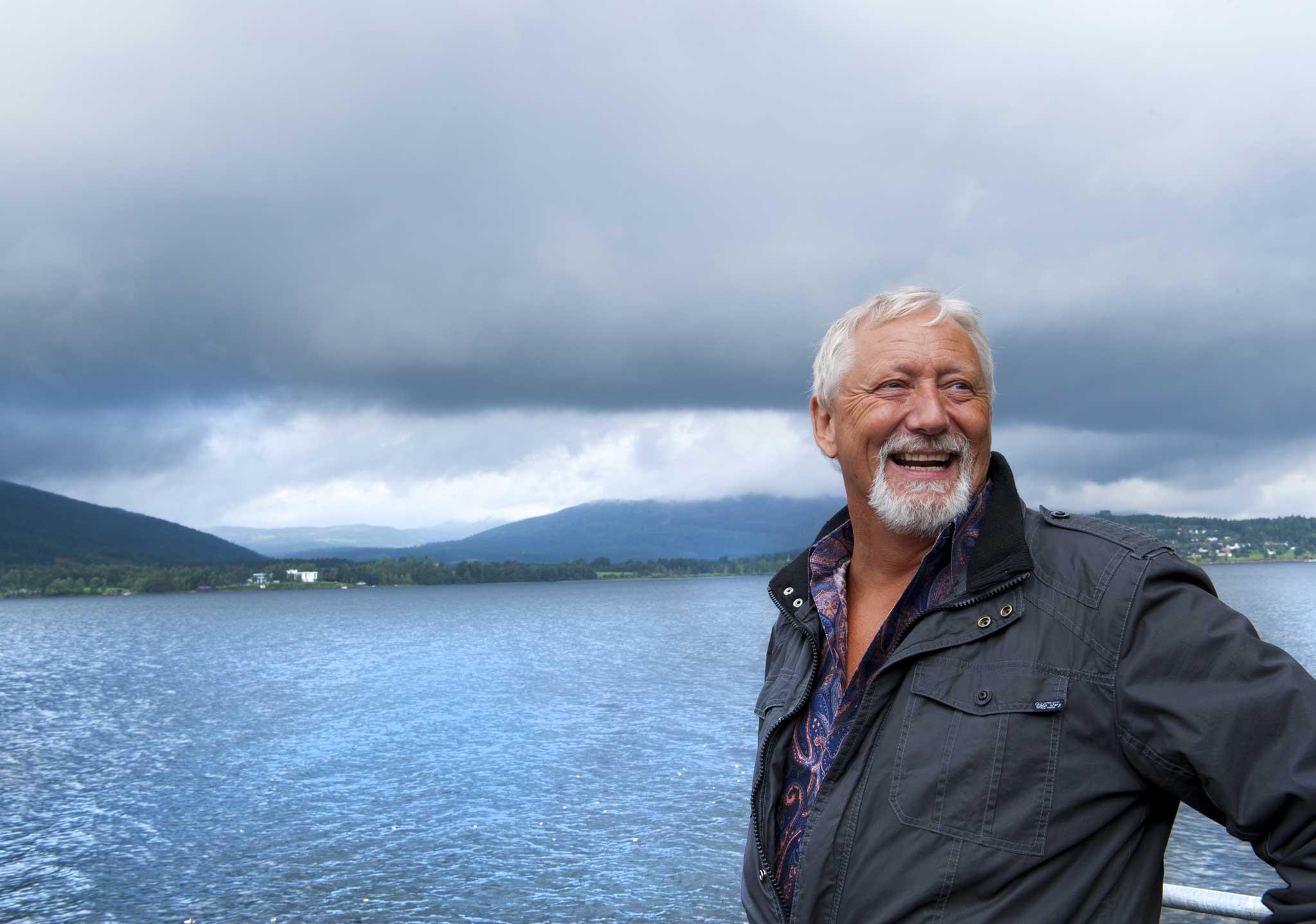 Sven Runar Knutsen fra Krokstadelva mistet synet etter hjerneslag. Nå hjelper han andre i samme situasjon.