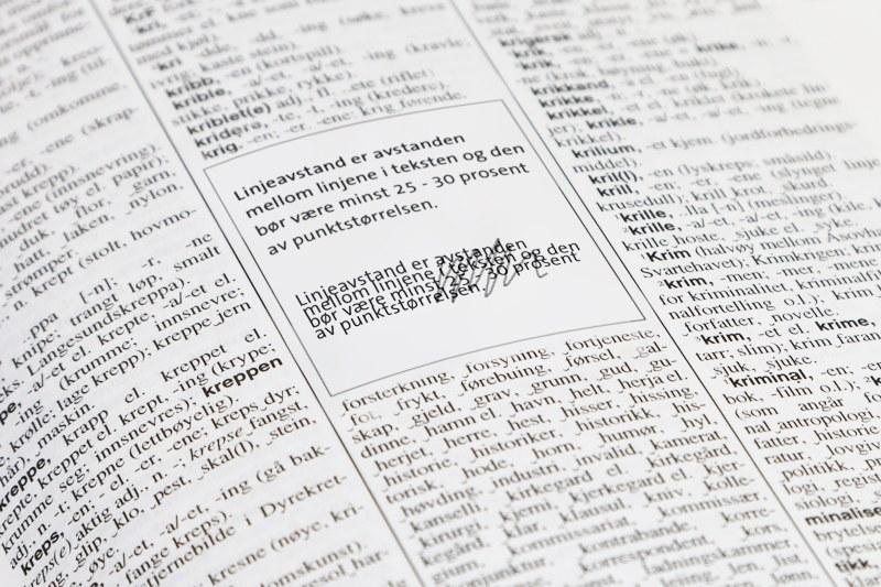 I en side i en ordbok står det skrevet at linjeavstand er avstanden mellom linjene i teksten og at den børvære minst 25-30 prosent av punktstørrelsen.