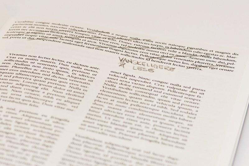 En bokside viser at det er vanskeligere å lese hvis det er mye tett tekst, enn hvis det er gode marger og teksten lagt i kolonner.