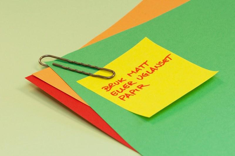 Ulikt farget matt papir er stiftet sammen med en binders. En post-it lapp er påklistret med teksten: bruk matt eller uglanset papir.
